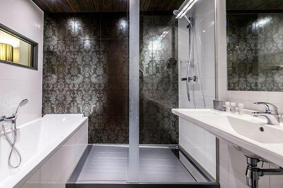 WestCord Fashion Hotel Amsterdam: Bathroom with Bath and Shower