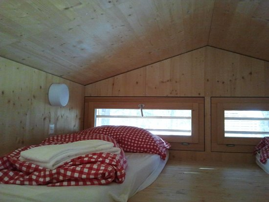 Samedan, Suiza: upstairs sleeping in glamping cabin