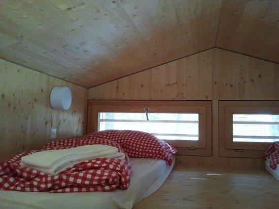 Samedan, Schweiz: upstairs sleeping in glamping cabin