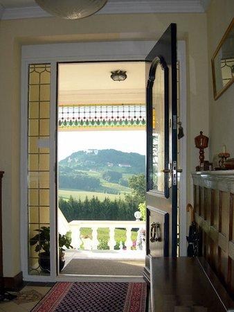 Eingang mit Blick auf Schloss Kapfenstein