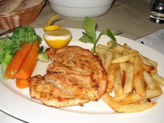 Kathikas, Chypre : Grilled chicken breast served with fresh vegetables and chips.