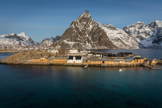 Underhuset Restaurant is in the wite old house by the sea - tunliweb.no