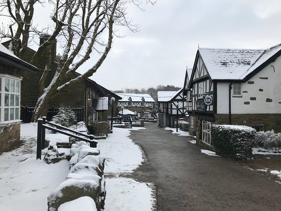 Bromley Cross, UK: Village in the snow