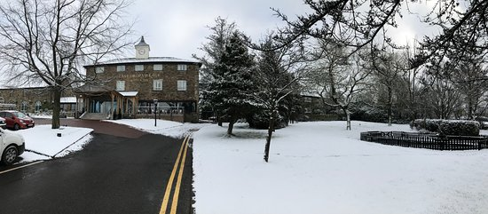 Bromley Cross, UK: Hotel entrance in the snow