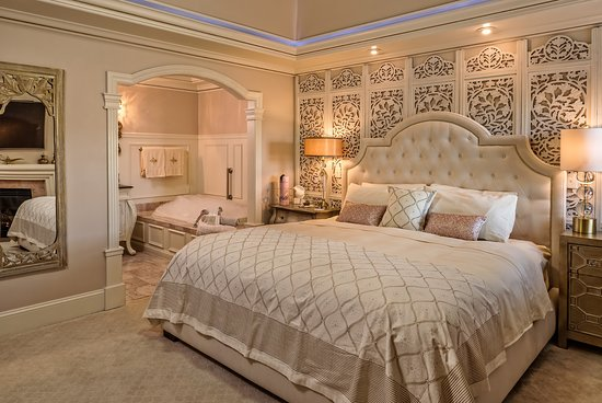 Cameo Heights Mansion Bed & Breakfast: King bed and air-jetted tub in bathroom of Dubai suite.