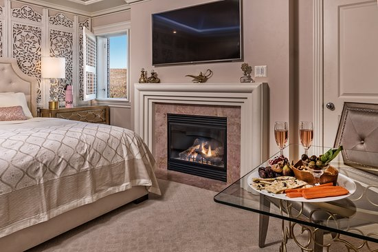 Cameo Heights Mansion Bed & Breakfast: Dubai suite with window, fireplace, and king bed.
