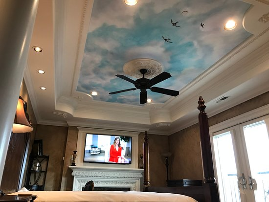 Cameo Heights Mansion Bed & Breakfast: Ceiling mural in Italian suite.