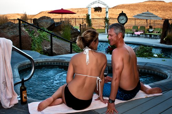 Touchet, WA: Guests on the edge of the hot tub are enjoying the water features of Cameo Heights Mansion.