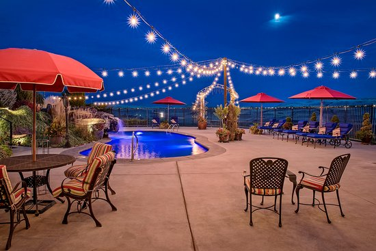 Cameo Heights Mansion Bed & Breakfast: Pool and patio area of Cameo Heights come alive in the evening with overhead lights.