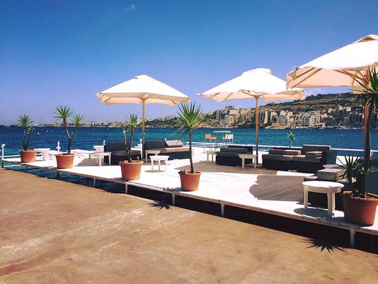 Xemxija, Malta: Deck over the sea with sunbeds and sofas