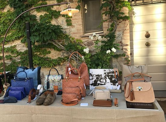 Buonconvento, Italien: Leather goods entirely handmade in our workshop