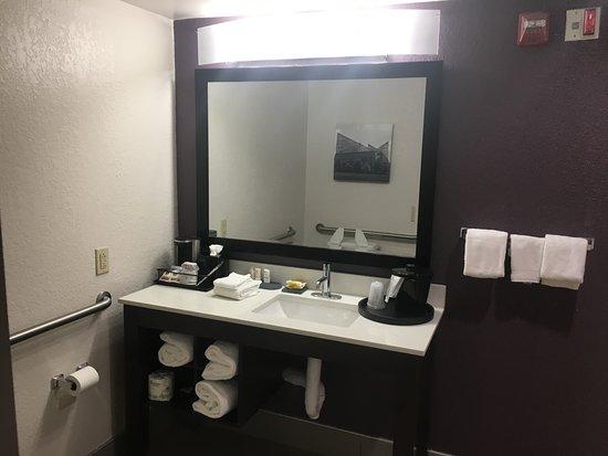East Ridge, TN: Beautiful large bathroom with plush towels
