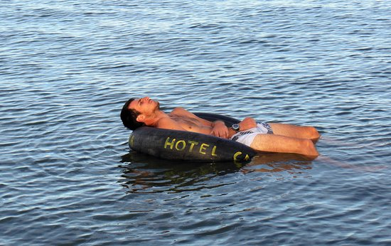 Casa Rosada Hotel: Jump in from the dock and float around in the river!