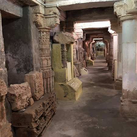 Prabhas Patan Museum: Ruins from the attacks of the Somnath temple (with English descriptions) in rooms and corridors