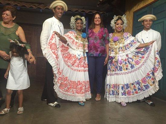 Restaurante Tinajas: junto a los bailarines...hermoso espectaculo. trajes bien logrados