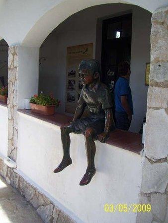 Alta Gracia, Argentina: la estatua de un Guevara niño