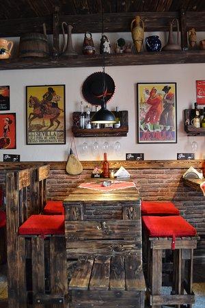 Lucenec, سلوفاكيا: Väčšina interiéru baru (stoly a stoličky) bola robená na mieru