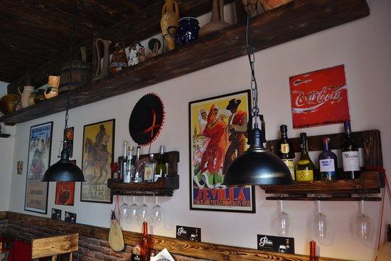 Lucenec, سلوفاكيا: Dekorácie, ktoré sa v bare nachádzajú sú takmer všetky priamo zo Španielska