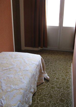Saint-Michel-en-Greve, France: Einzelzimmer zur Straße sind bei den Vertretern sehr gefragt, da günstiger
