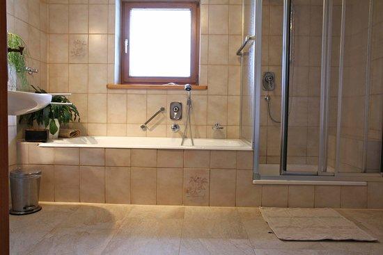 Apartments Fernsebner: Badezimmer Mit Dusche Und Badewanne Fewo Relax