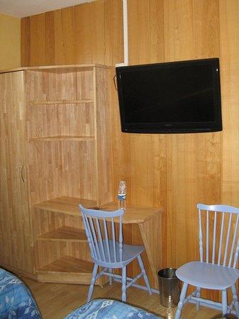 Regalschrank, Schreibtisch, Stühle in Zimmer 9 - Picture of Hotel Le ...