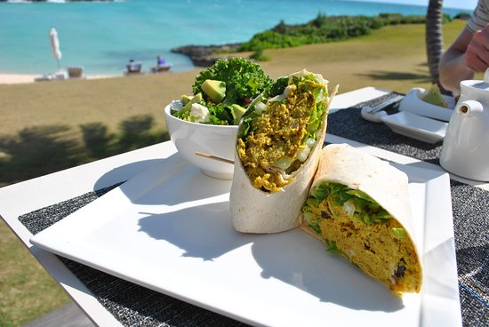 Gregory Town, Элеутера: Curry Chicken Wrap and kale salad at the outdoor restaurant