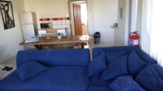 Afrovibe Adventure Lodge: Área da sala de estar e sala de jantar.