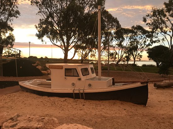 Meningie, Australia: Sunset over the playground across the road from the Motel