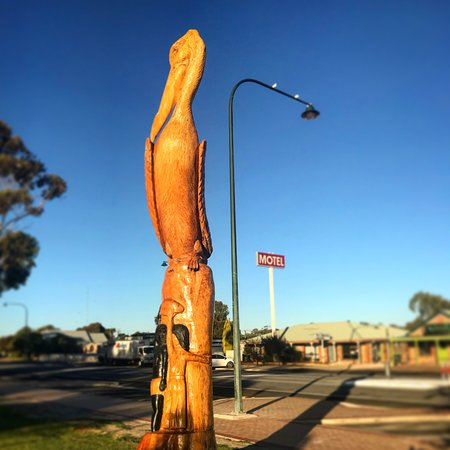 Meningie, Australia: Pelican statue across the road from the Motel