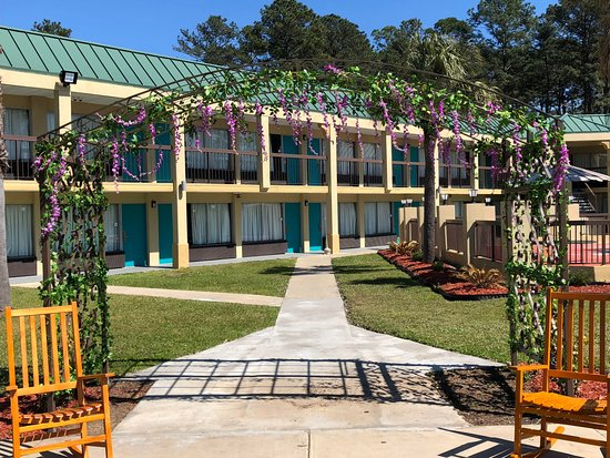 Hardeeville, Güney Carolina: garden with rocking chairs