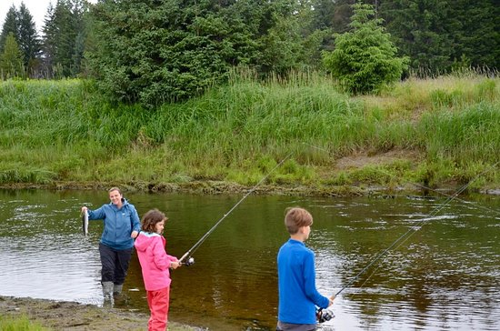 Gustavus, AK: A family enjoys a day on the river