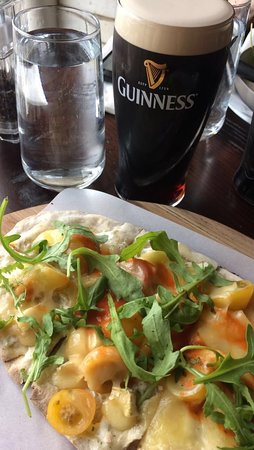 The Brewer's Dining Hall - Guinness Storehouse: Flatbread w/ Artichoke Hearts, Peppers, Olives & Mozzarella