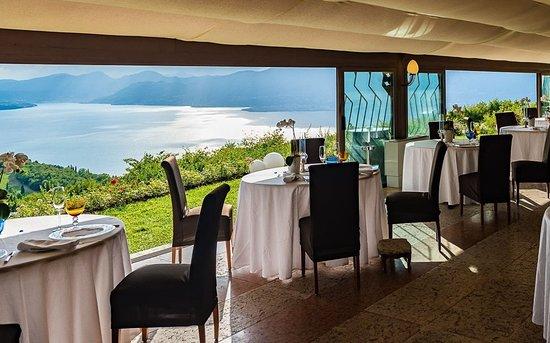 La Casa degli Spiriti: sala ristorante con vista lago