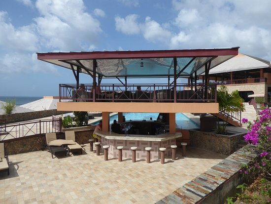 Black Rock, Tobago: pool bar and seating area over pool