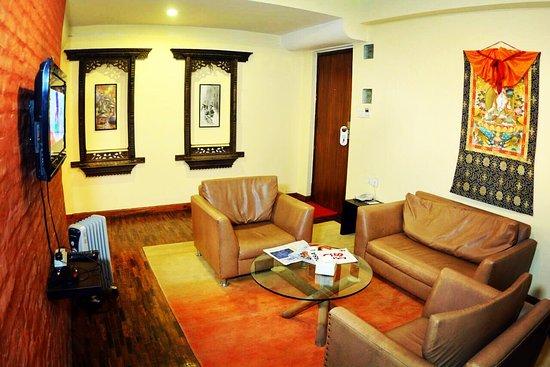 Gaju Suite Hotel: Living room suite room