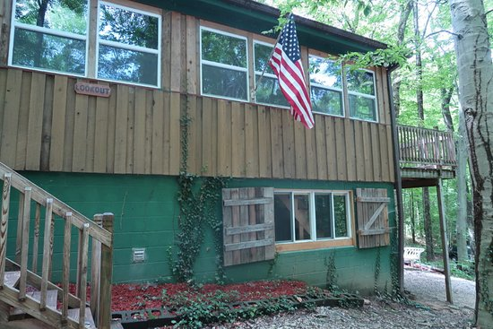 Cloverdale, IN: The Lookout can sleep 7, and features a game room in the basement!