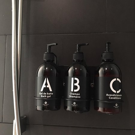 Soho Hotel: Bathroom amenities.
