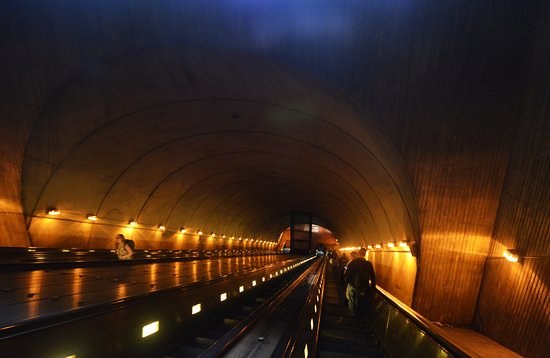 Arlington, VA: il tunnel con scala mobile