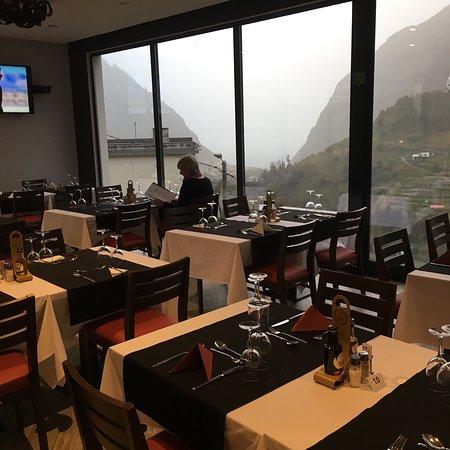Sao Vicente, Portugal: Weer even lekker eten bij labrador. Regen buiten, warme sfeer binnen! Met een grandioos uitzicht