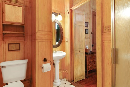 Auld Sweet Olive Bed and Breakfast: Oak Room - Private Bathroom with Shower