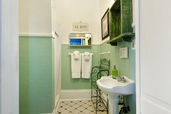 Auld Sweet Olive Bed and Breakfast: Magnolia Room - Private Bathroom with Shower
