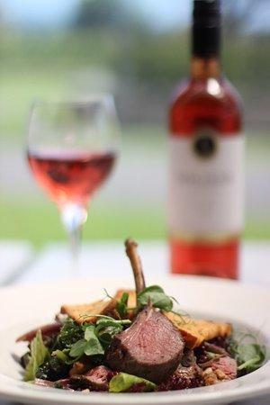 Kumeu, Nya Zeeland: Lamb Salad paired perfectly with Soljans Rose