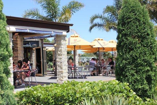 Kumeu, New Zealand: Outdoor seating