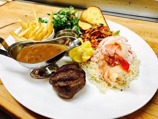 Restaurant Poissonnerie Escoumins: Terre et mer de luxe bœuf Angus aaa, chair de crabe des neiges , pétoncles nord côtière,crevette