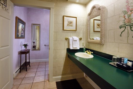Mount Joy, Pensilvania: The Carriage House bath has two sinks, an oversized shower, hot tub area, and private commode.