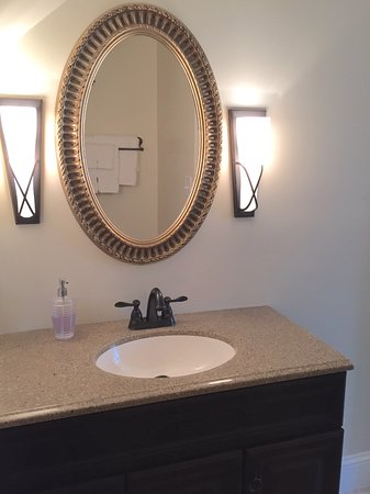 Mount Joy, Pensilvanya: The cozy Summerfield bath has a shower and a spacious sink area.