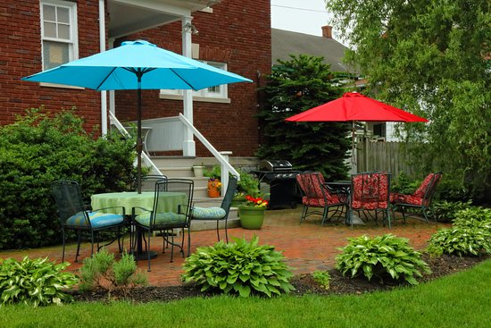 Mount Joy, Pensilvanya: The back patio is a great place for reading or chatting.