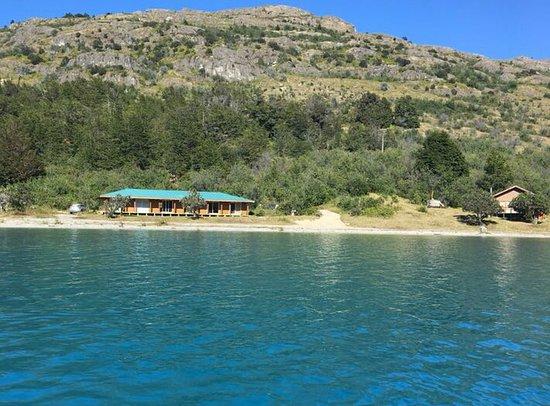 Puerto Guadal, Chile: Habitaciones y Cabaña. foto tomada desde el lago