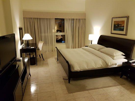 dubai marriott harbour hotel suites suite parentale avec salle de bain et dressing