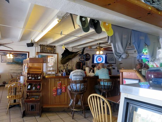 Fish Tales Market & Eatery : bar & some of the dining area